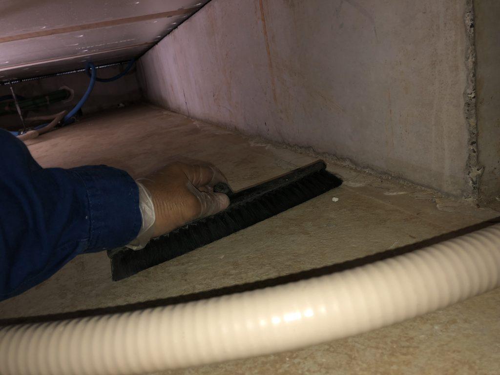 床下清掃作業中 その3